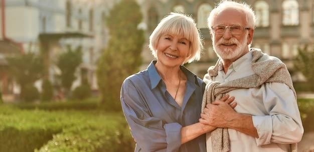 Merci d'avoir donné le portrait de bonheur d'un beau couple de personnes âgées heureux qui se lient et