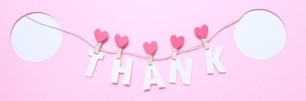 Merci lettres sur pinces à linge avec des coeurs