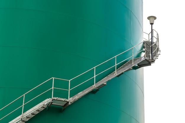 Merci de stockage pour garder le pétrole de la raffinerie isolé sur blanc