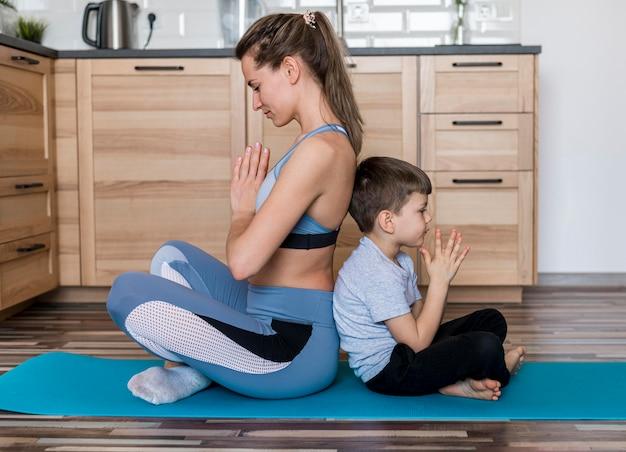 Une mère active s'entraînant avec son fils