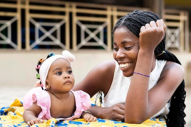 Mère africaine et petite fille coup moyen
