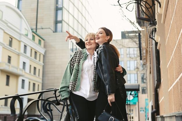 Une mère âgée et une fille adulte se promènent dans la ville