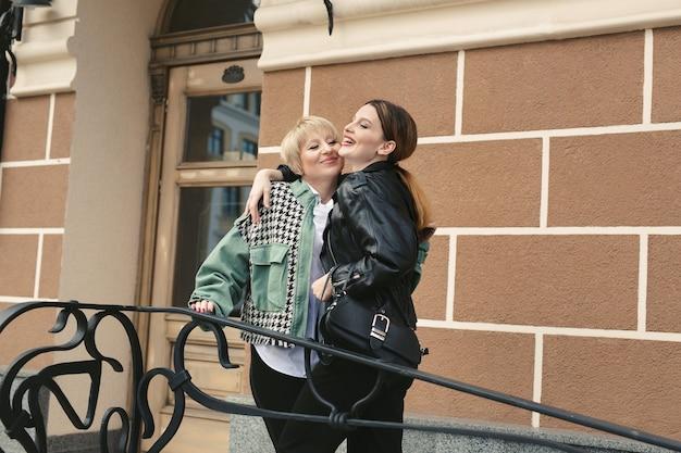 Mère âgée et fille adulte