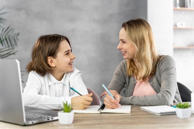 Mère aidant sa fille à étudier