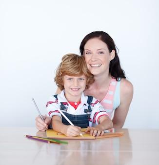 Mère aidant son fils à dessiner