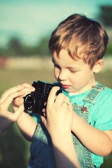 Mère aidant son fils à faire ses premières photos