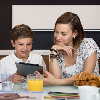 Mère aidant son fils à terminer ses devoirs
