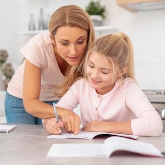Mère, aider, fille, devoirs