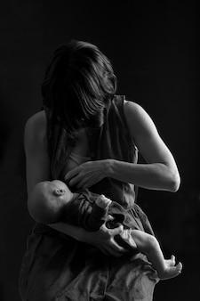 Mère allaitant son enfant