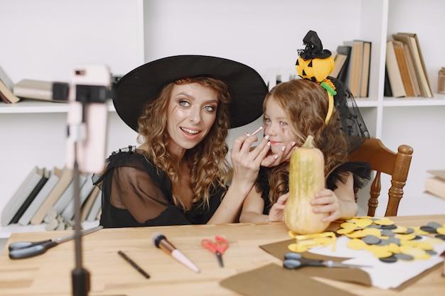 Mère appliquant le maquillage d'halloween