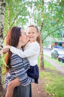 Mère apporte sa fille à l'école