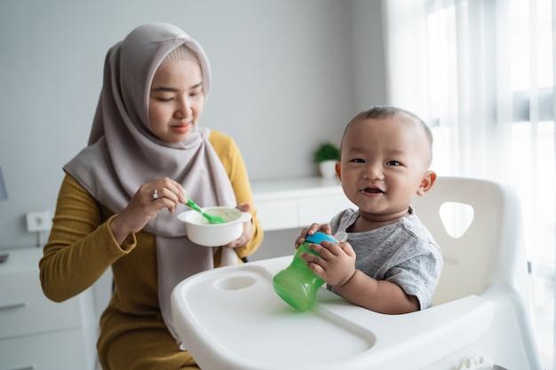 Mère asiatique nourrir son bébé avec une cuillère