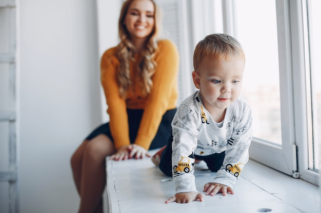 Mère assise à la maison avec petit fils