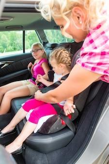 Mère, attacher, enfant, siège sécurité auto