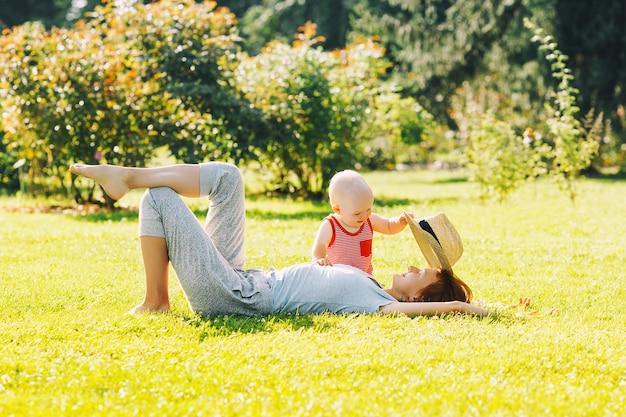 Mère et bébé dans la nature famille en été parkmom et fille jouant ensemble à l'extérieur