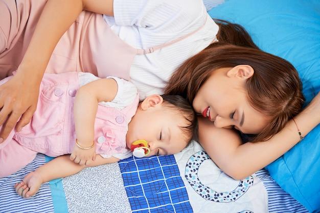 Mère et bébé dormant ensemble