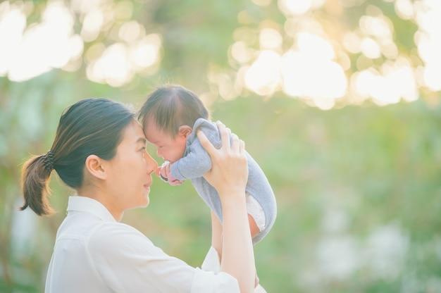 Mère et bébé à l'extérieur. nature portrait d'heureuse mère aimante et son bébé à l'extérieur,