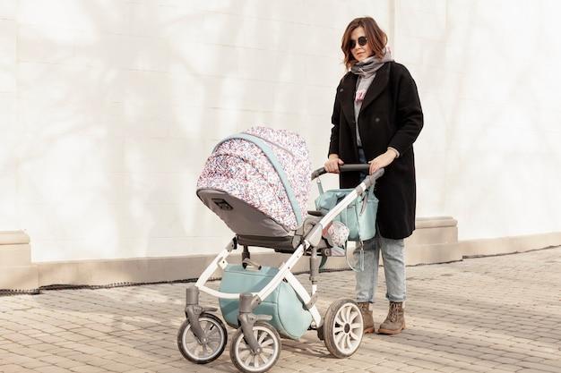 Mère avec bébé à l'extérieur