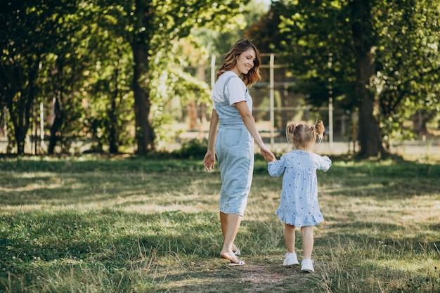 Mère avec bébé fille s'amusant dans le parc