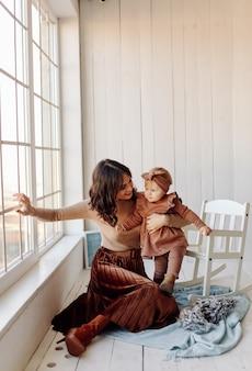 Mère et bébé jouant