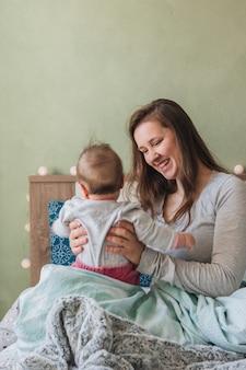 Mère avec bébé à la maison