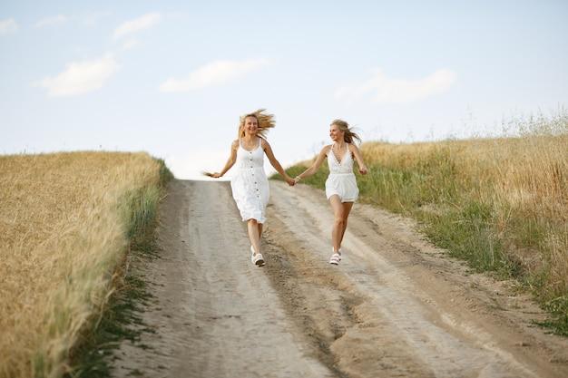 Mère avec belle fille dans un champ d'automne