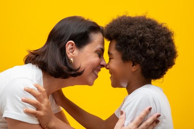 Mère blanche avec fils noir. adoption respect social, couleur de peau, inclusion.