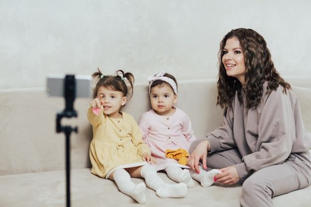 Mère blogueuse faisant une vidéo en direct avec ses filles