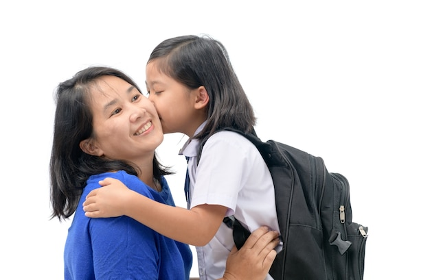 Mère câlin et baiser jolie fille étudiante