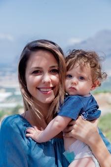 Mère caucasienne avec un enfant est en vacances en crète