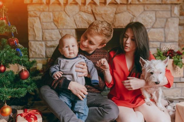 Mère avec un chien dans les bras et le père avec son bébé