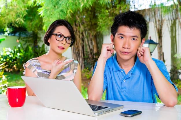 Mère chinoise et son fils asiatique à la maison