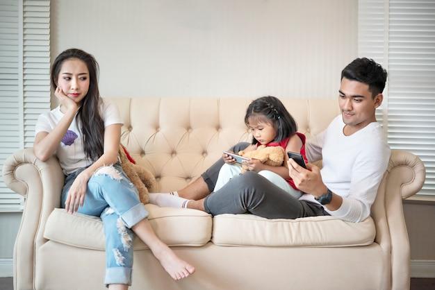 Mère contrariée porte son enfant et son père