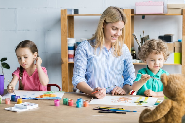 Mère dessin avec enfants