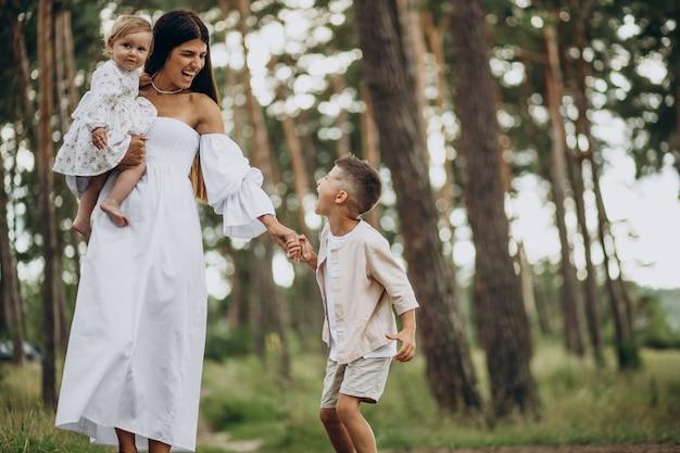 Mère avec deux enfants dans le parc