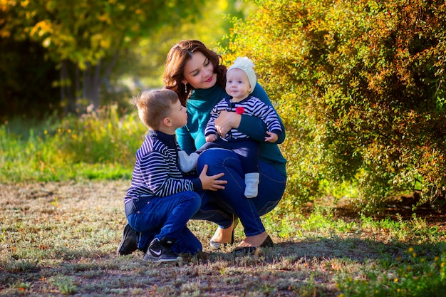 Mère avec deux enfants en promenade dans le parc. fête des mères