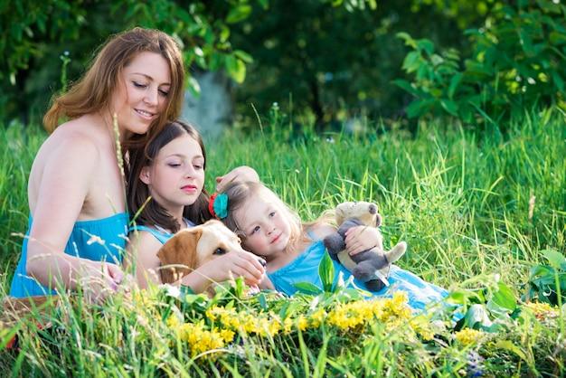 Mère, deux filles et chien