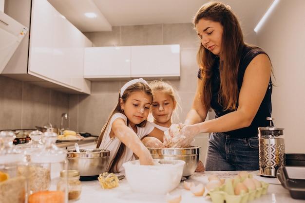 Mère avec deux filles à la cuisine