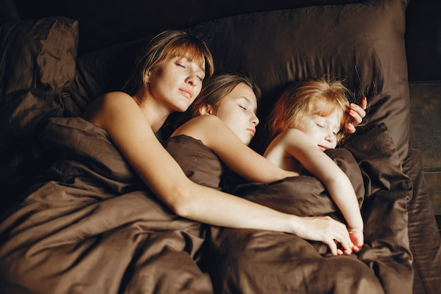 Mère avec deux filles