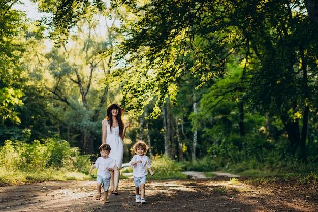 Mère avec deux fils dans le parc s'amusant