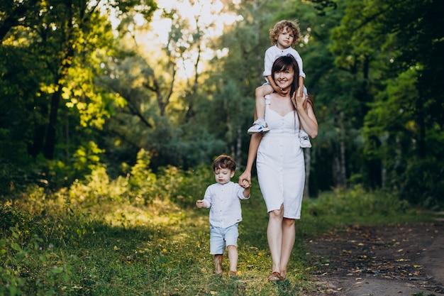 Mère avec deux fils dans le parc