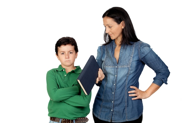 Mère disant son enfant en colère pour lire un livre isolé sur fond blanc