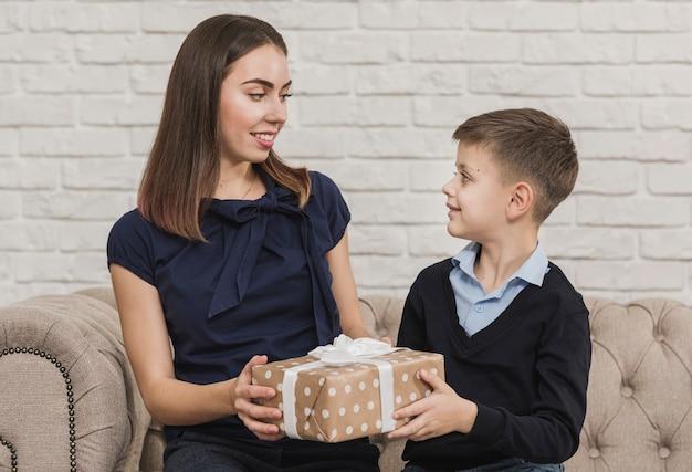Mère donnant un cadeau à son fils