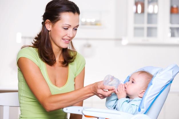 Mère donnant de l'eau à bébé