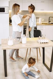 Mère donnant un tablier à sa fille