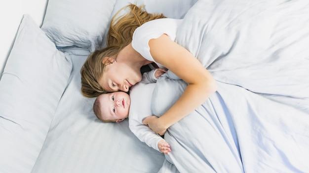 Mère dort avec son bébé