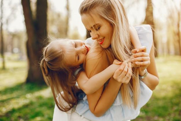 Mère élégante avec fille mignonne