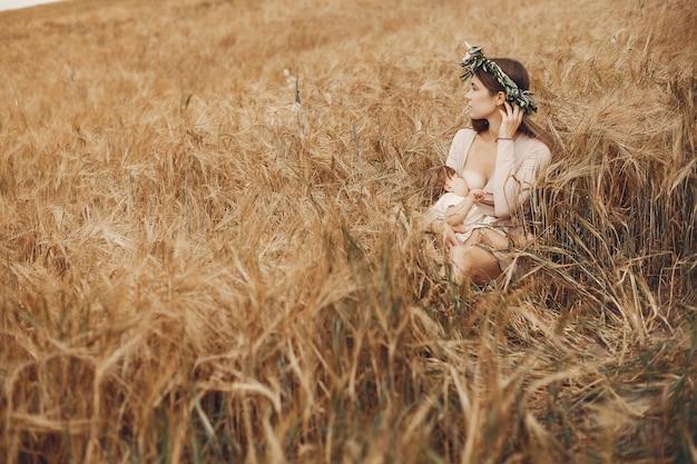 Mère élégante avec jolie petite fille dans un champ