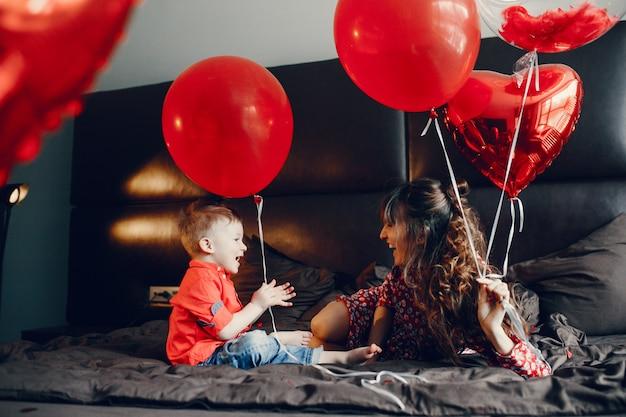 Mère élégante avec petit fils dans un lit