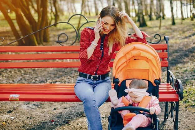 Mère élégante avec petite fille